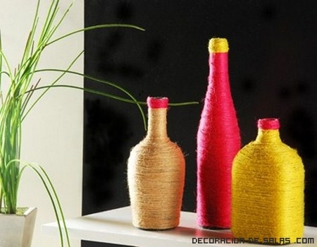 botellas con estambre de colores