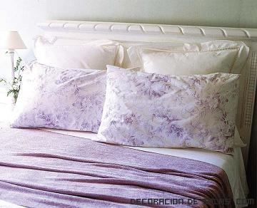 almohadones en blanco y malva