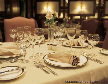 Decora tu mesa para una cena formal for Mesa de comedor elegante lamentable