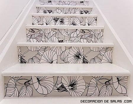 escaleras con vinilos en blanco y negro