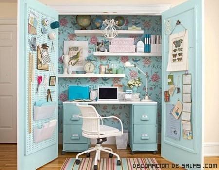 Un escritorio dentro del armario