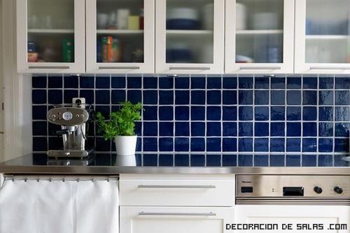 Pintando los azulejos - Pintar azulejos cocina ...