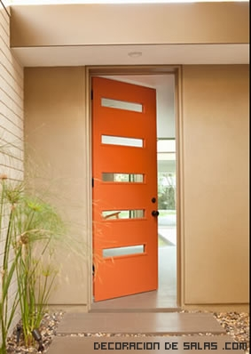 Puerta exterior en naranja