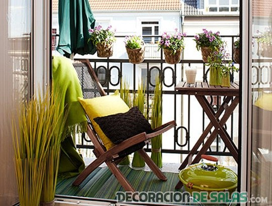 balcones con muebles de madera