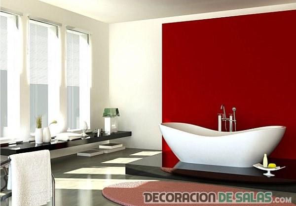 baño con bañera y pared en rojo