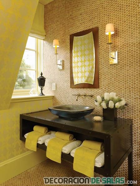 baño con mueble y espejo en marrón