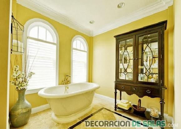 baño con paredes amarillas