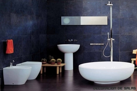 Amplía el baño visualmente