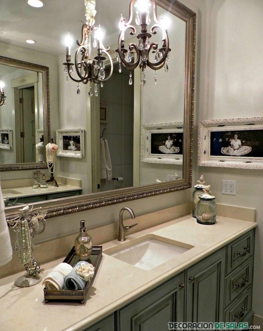 baño vintage con lámpara a juego