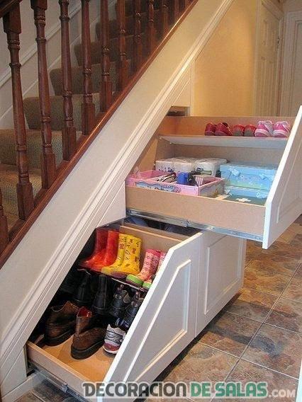 cajones en el bajo de la escalera
