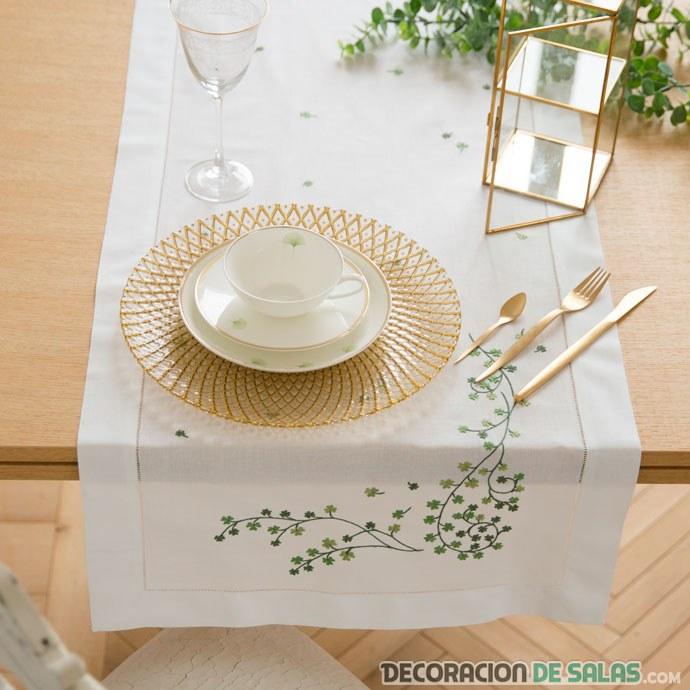 camino de mesa con bordados tréboles