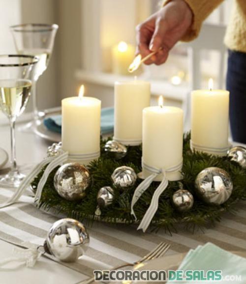 centro de mesa con velas y bolas en plateado