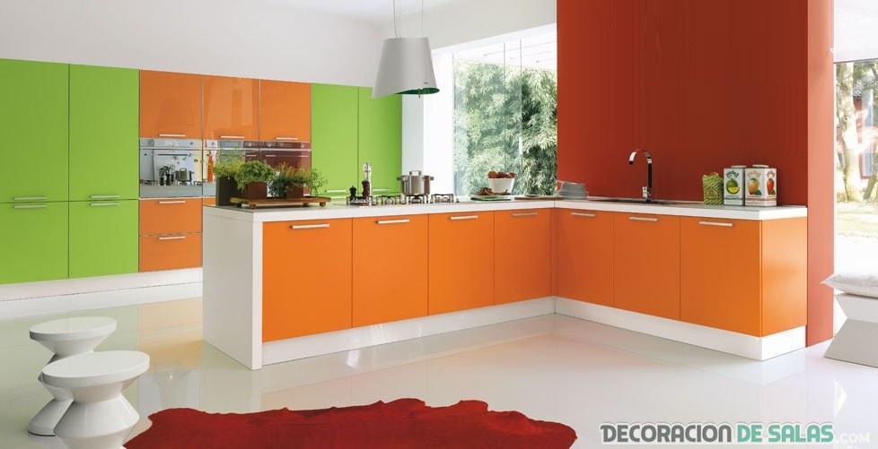 cocina amplia en naranja y verde