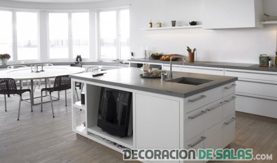 cocina blanca con isla central