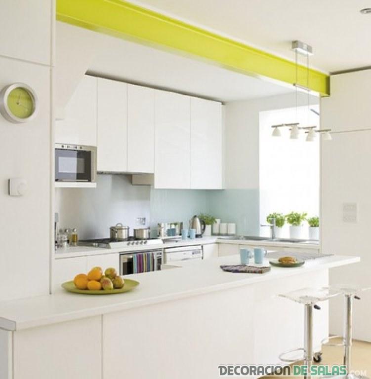 cocina blanca moderna y abierta
