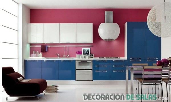 cocina combinada en azul y berenjena