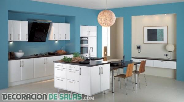 Cocina con paredes en color