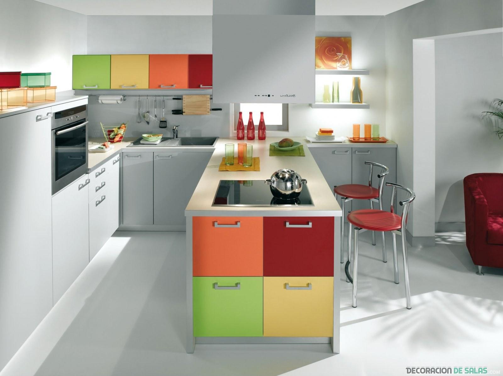 cocina con pinceladas de colores llamativos