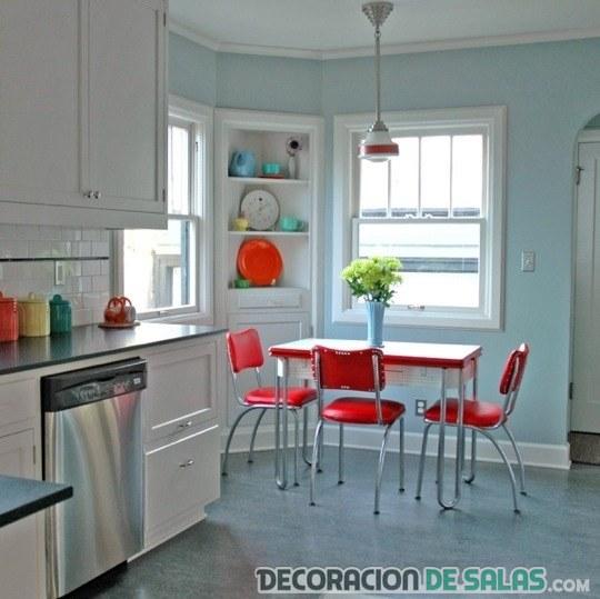 cocina con sillas en color rojo