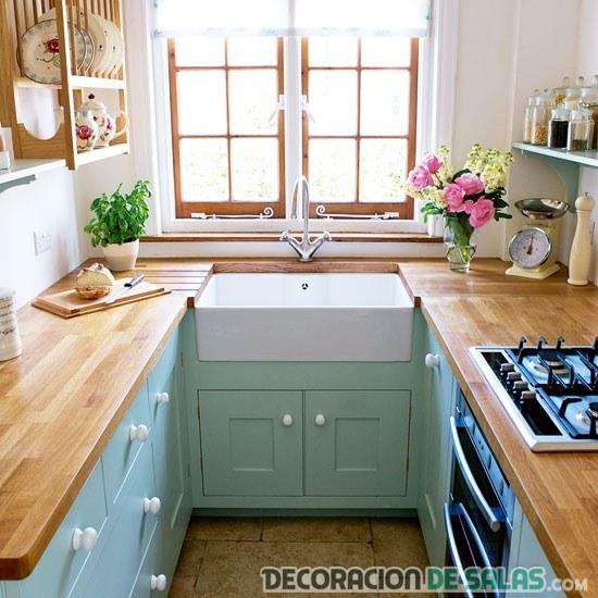 cocina estrecha en azul