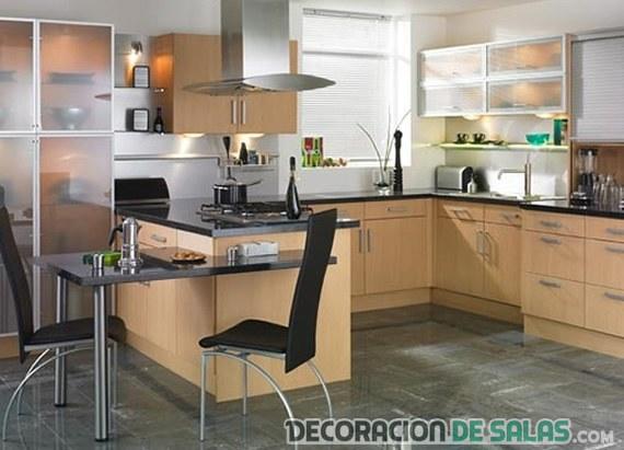cocina funcional en marrón y con mesa