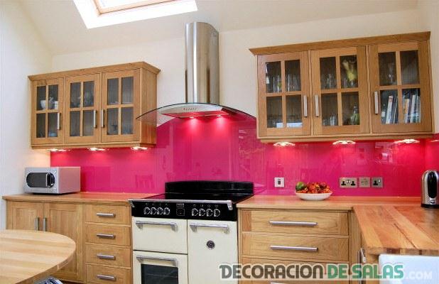 cocina marrón con pared en rosa