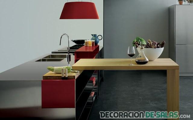 cocina roja con mesa de madera