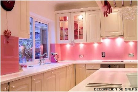 Rosa en toda la casa - Cocinas rosa fucsia ...