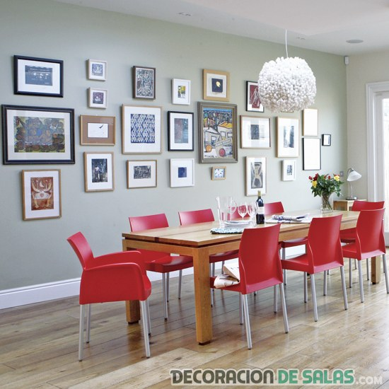 comedor sencillo con sillas en rojo
