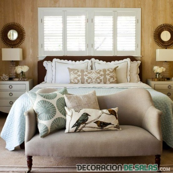 dormitorio con banco sencillo a pie de cama