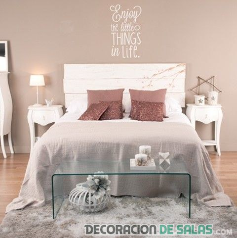 dormitorio con cabecero mensaje