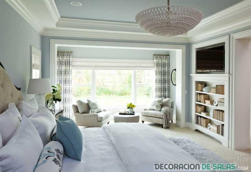 dormitorio en blanco con televisor
