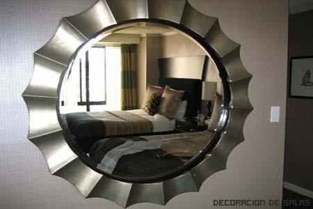 Espejo frente a la cama