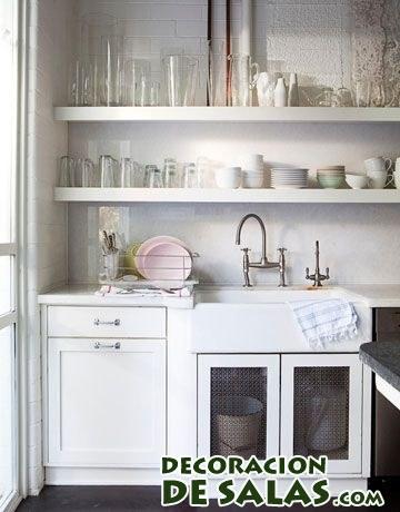fregadero en blanco con estantes
