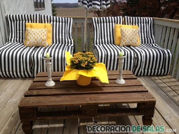 mesa central con palets barnizada