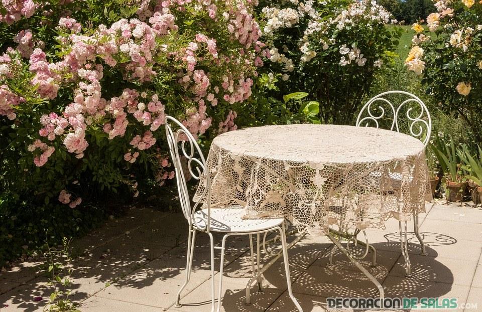 mesa redonda con sillas para exterior