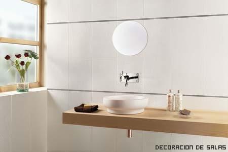 Consejos para decorar estancias en blanco for Mueble bano madera clara