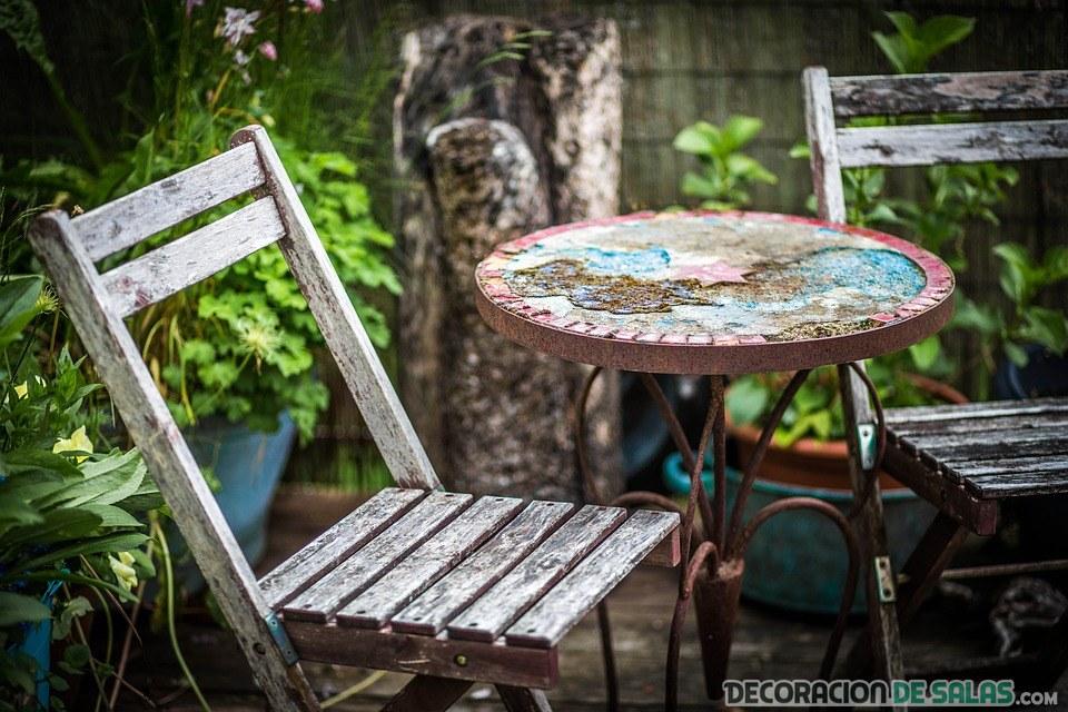 muebles desgastados en terraza