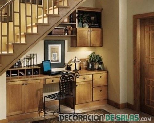 oficina bajo escaleras de madera