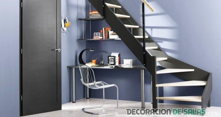 oficina bajo escaleras modernas