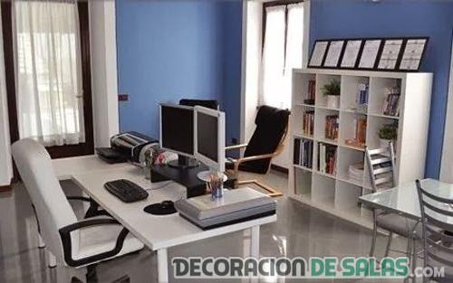 oficina muebles blancos y paredes azul