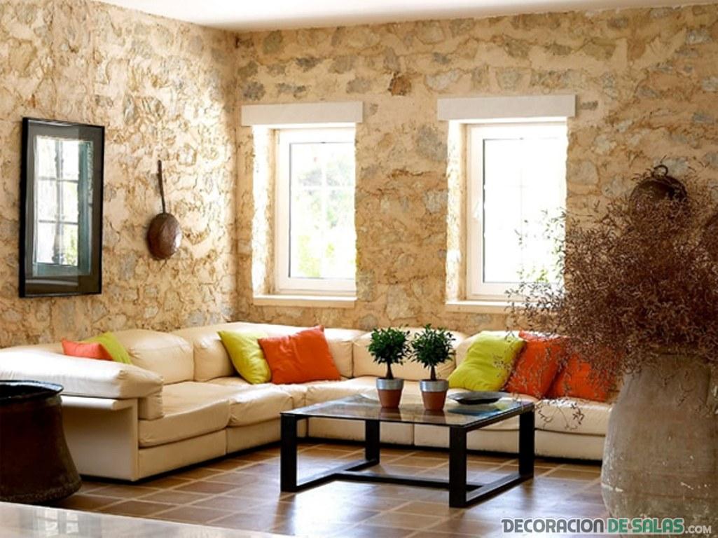paredes de piedra en salón con sofá grande