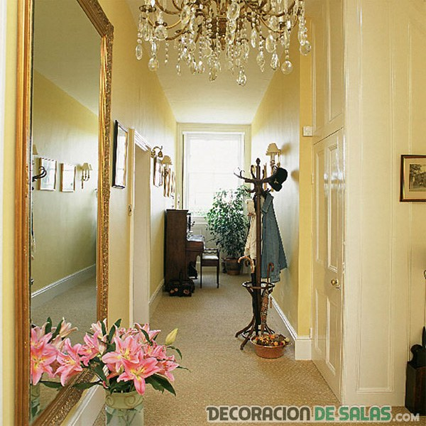 C mo decorar los pasillos estrechos for Espejo largo pared