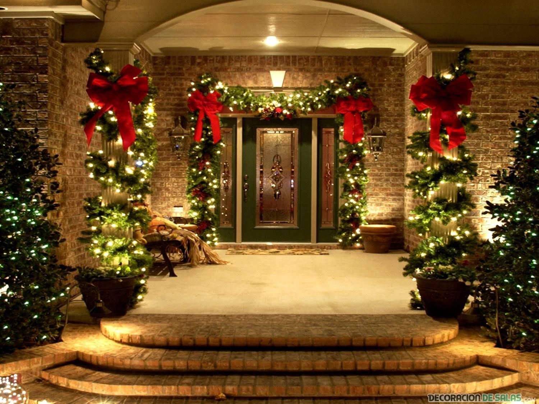 puerta decorada para navidad con lazos