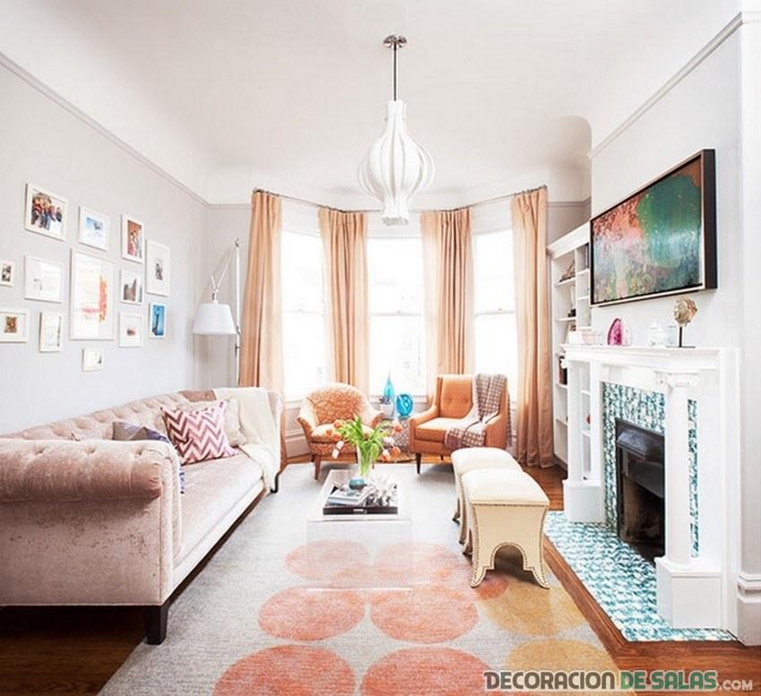 sala moderna con tonos pastel y chimenea