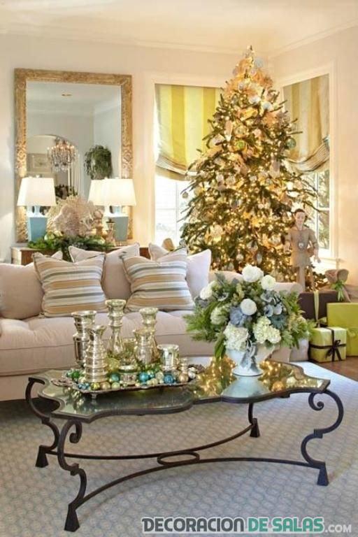 salón blanco con árbol y luces