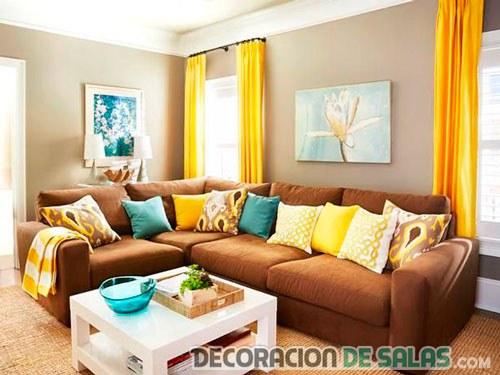 salón con cortinas naranja