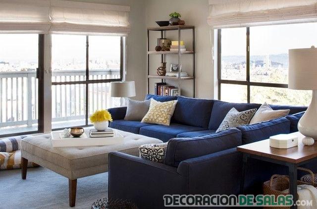 salón con sofá en azul marino