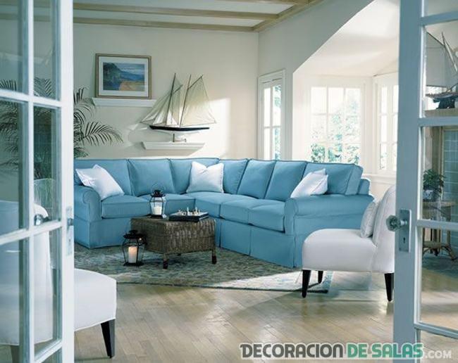 salón con sofá en azul y blanco