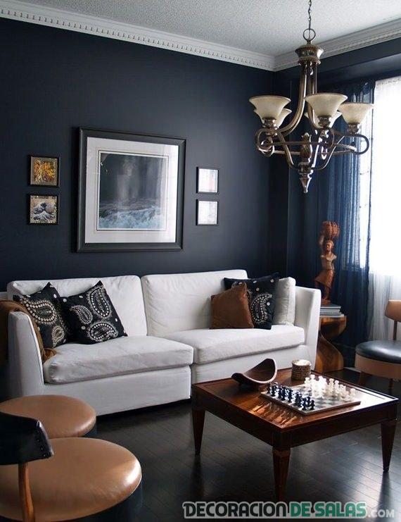 salón contraste sofá blanco y pared azul